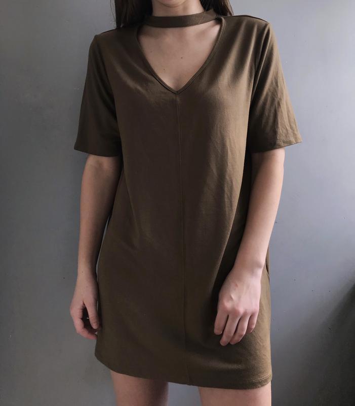 Платье футболка цвета хаки с чокером river island прямого кроя... - Фото 3