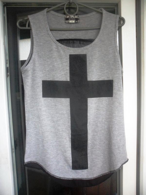 Серая майка футболка pilot с принтом крест шифоновая спина