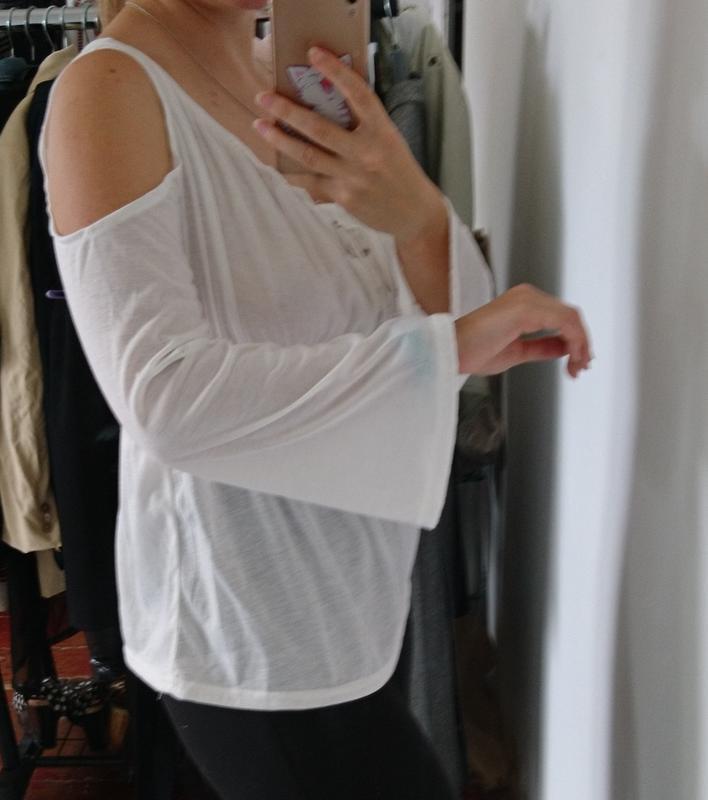 Актуальная блуза с вырезами на плечах и расклешенными рукавами... - Фото 3