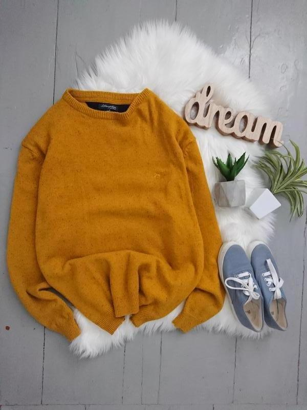 Яркий тёплый шерстяной свитер.