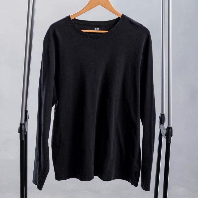 Черная хлопковая футболка мужская с длинным рукавом.