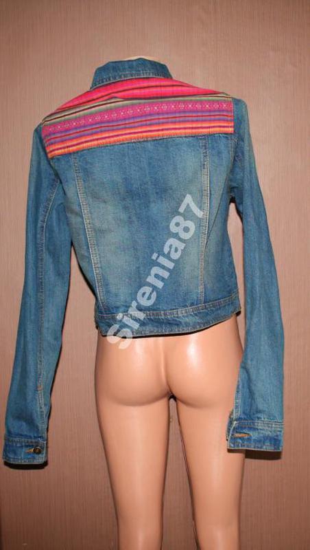 Актуальная джинсовая куртка со вставками - Фото 2