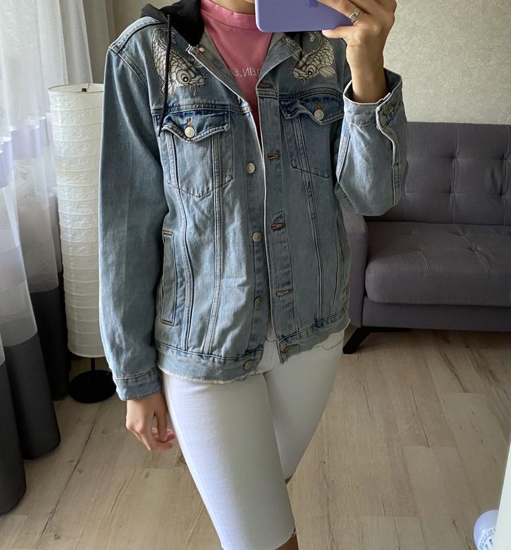 Джинсовка, джинсовая куртка с капюшоном и нашивками topshop - Фото 4