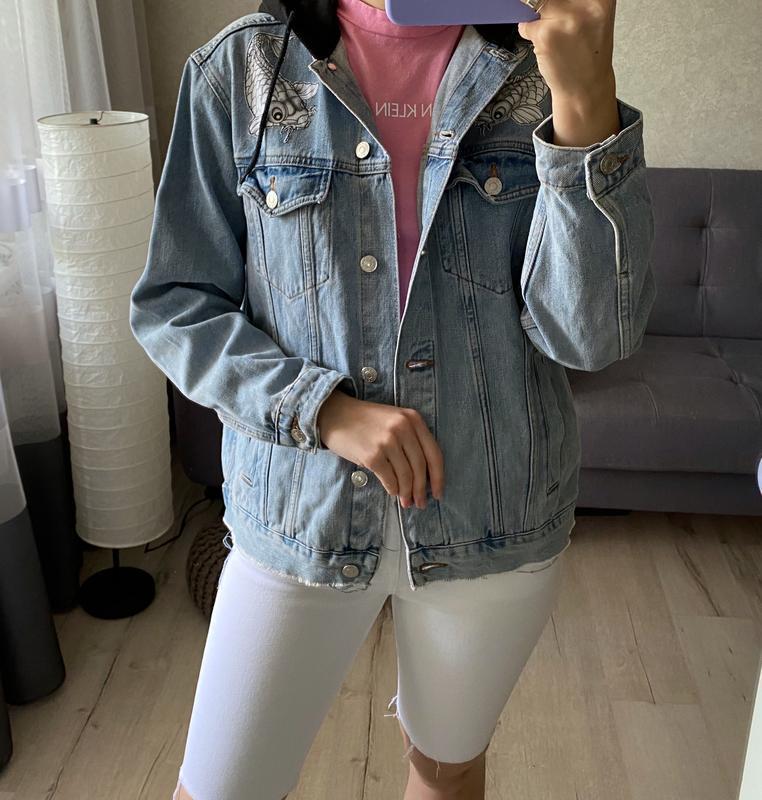Джинсовка, джинсовая куртка с капюшоном и нашивками topshop - Фото 5