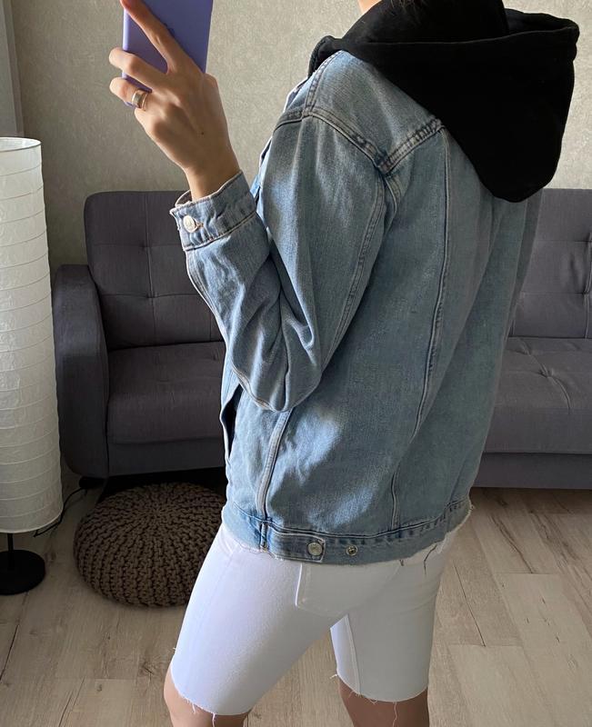 Джинсовка, джинсовая куртка с капюшоном и нашивками topshop - Фото 7