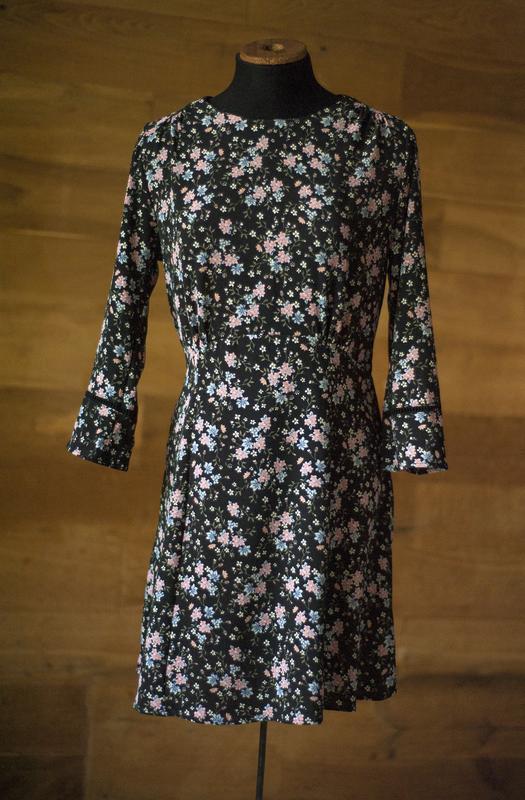 Красивенное платье с цветочным принтом divided, размер m