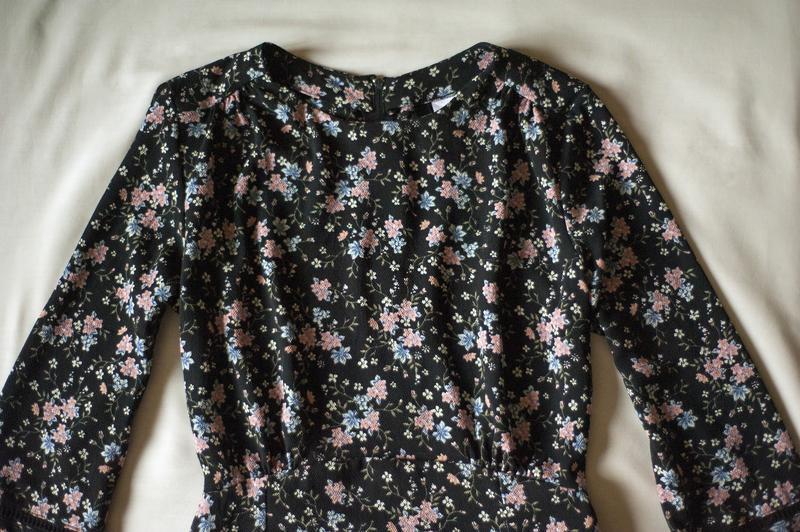 Красивенное платье с цветочным принтом divided, размер m - Фото 5