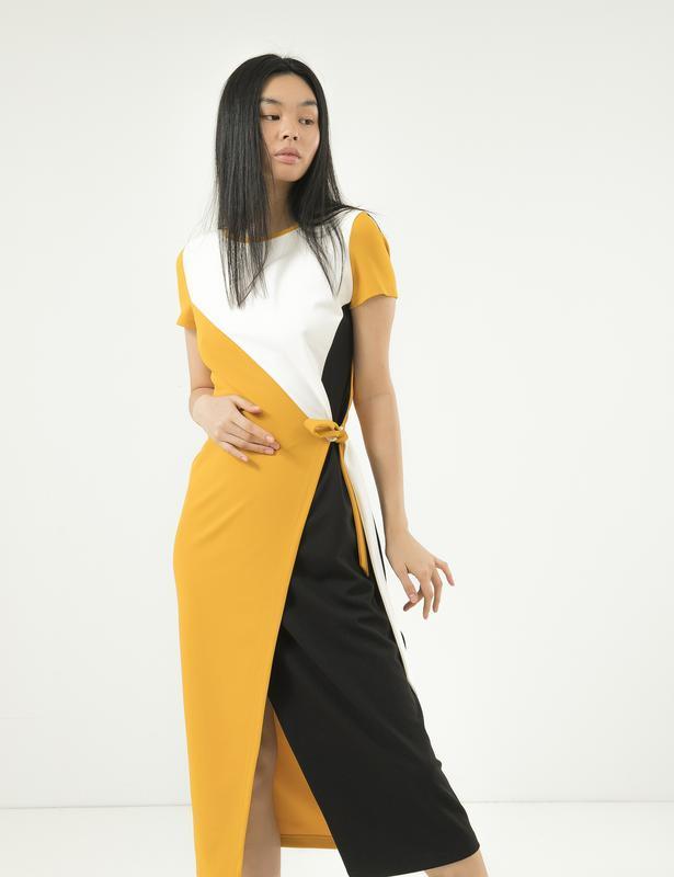 Модное платье season с разрезом и вшитым поясом горчица