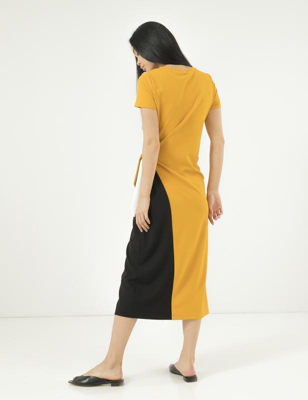 Модное платье season с разрезом и вшитым поясом горчица - Фото 2