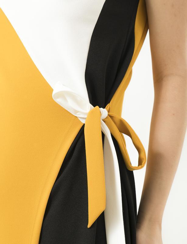 Модное платье season с разрезом и вшитым поясом горчица - Фото 4