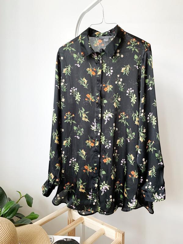 Чорна блузка в квіти