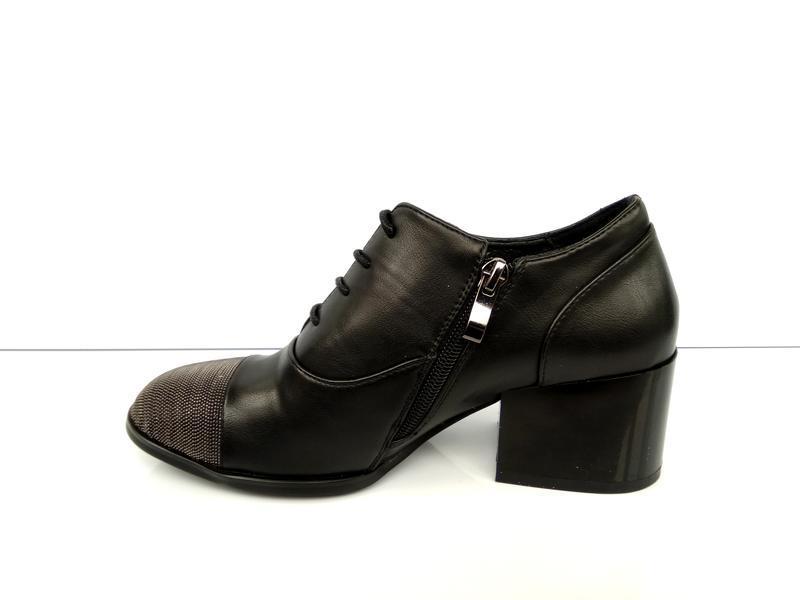 Туфли на широком каблуке с металлическим декором - Фото 5
