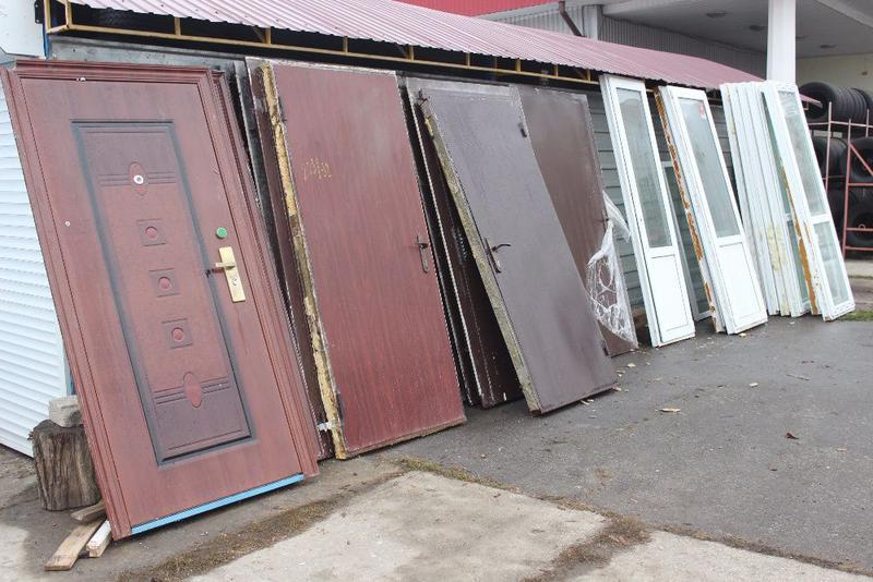 Продам металлопластиковые окна балконные рамы и входные двери б\у