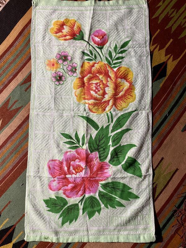 Яркое махровое легкое тонете полотенце в цветах