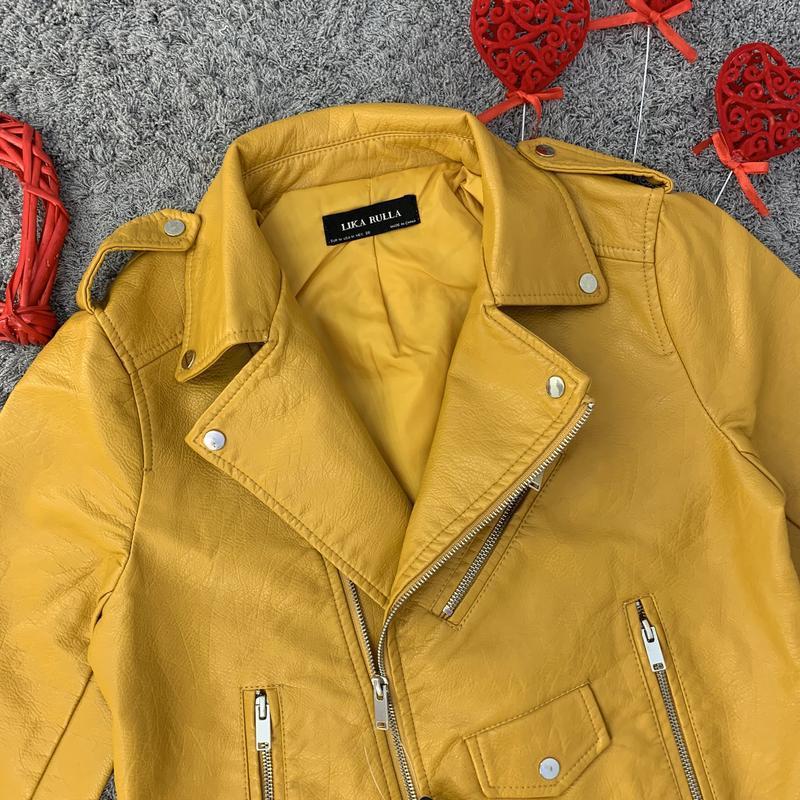 Женская куртка косуха из кожзама желтая - Фото 3