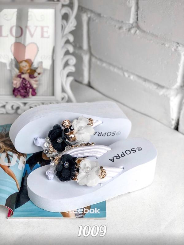 Шлепанцы на платформе, декор камни и цветы