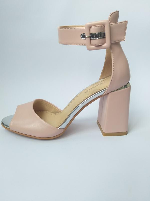 Модные кожаные босоножки на устойчивом каблуке в цвете пудра