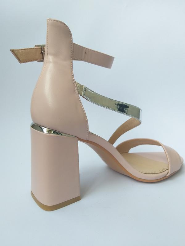 Кожаные женские босоножки на толстом каблуке цвета пудра