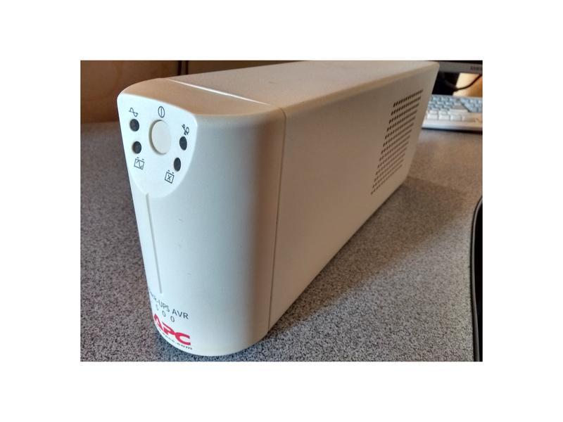 Источник бесперебойного питания APC Back-UPS AVR500, с АКБ