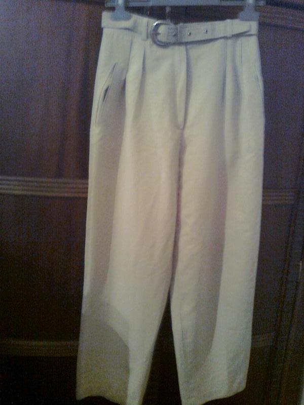 Элегантные брюки хорошего качества с карманами , пояс с металл...