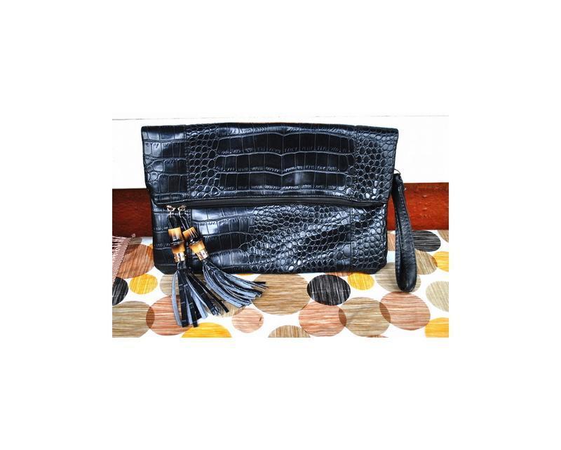 Черный клатч от бренда cappucino