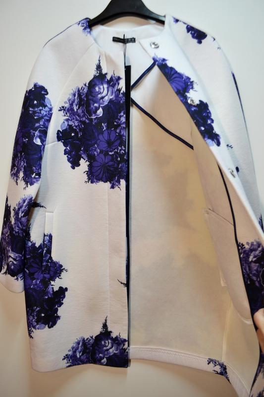 Стильный белый весеннее легкое пальто в цветах кардиган - Фото 3