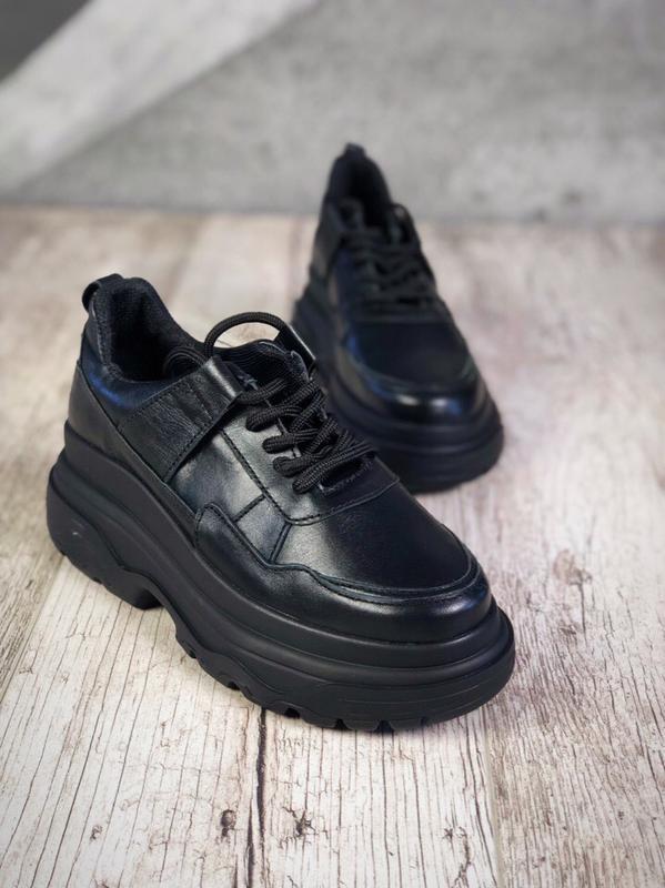 Кожаные кроссовки на модной подошве