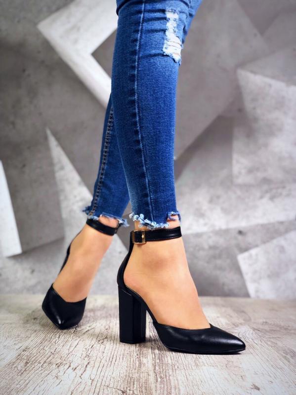 Кожаные туфли лодочки с острым носком с ремешком.