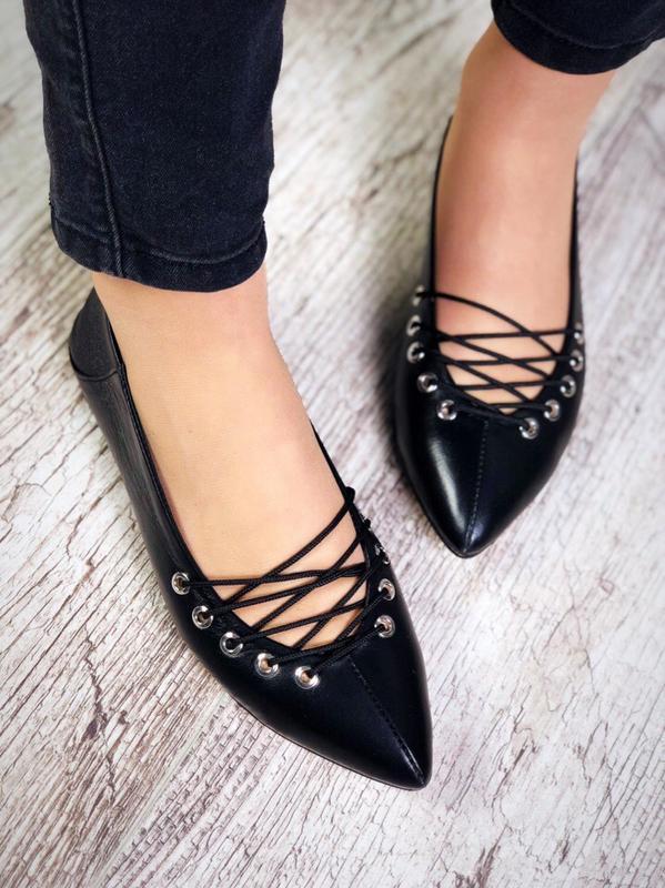 Кожаные туфли балетки с острым носком с оригинальной шнуровкой...