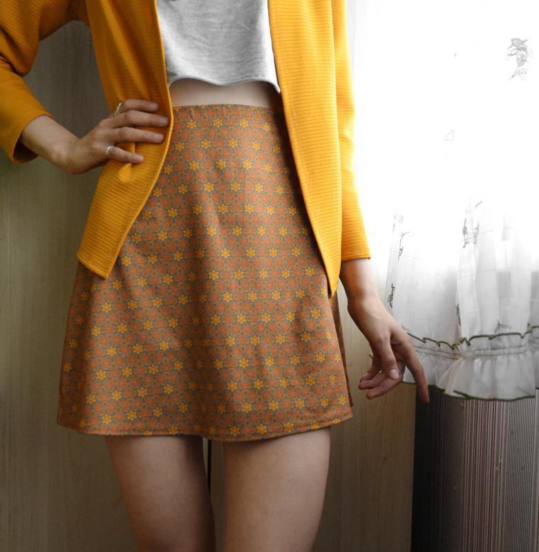 Короткая юбка трапеция в принт на худышку