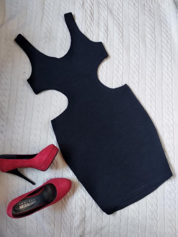 Короткое маленькое чёрное платье с вырезами на талии