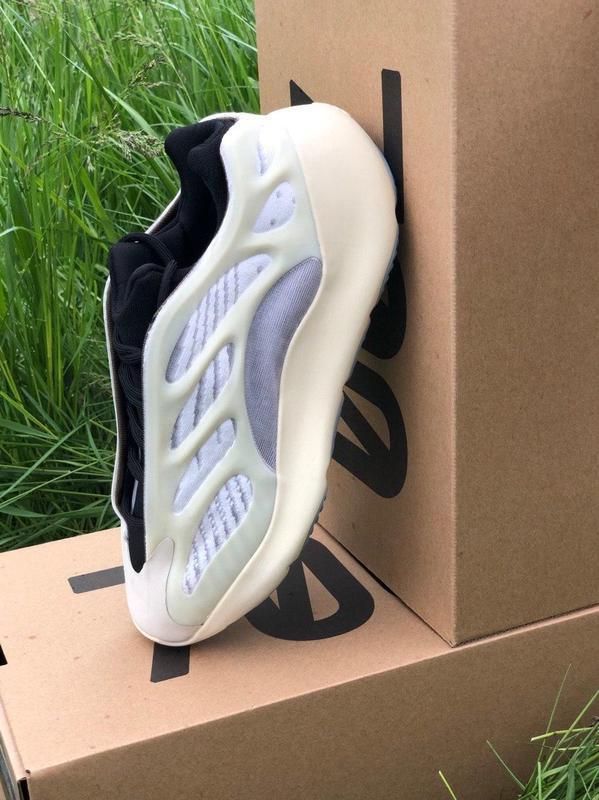 Adidas yeezy boost 700 v3 beige black мужские стильные кроссовки