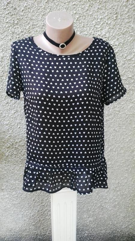 Блузка в сердечки с баской удлиненная по спинке