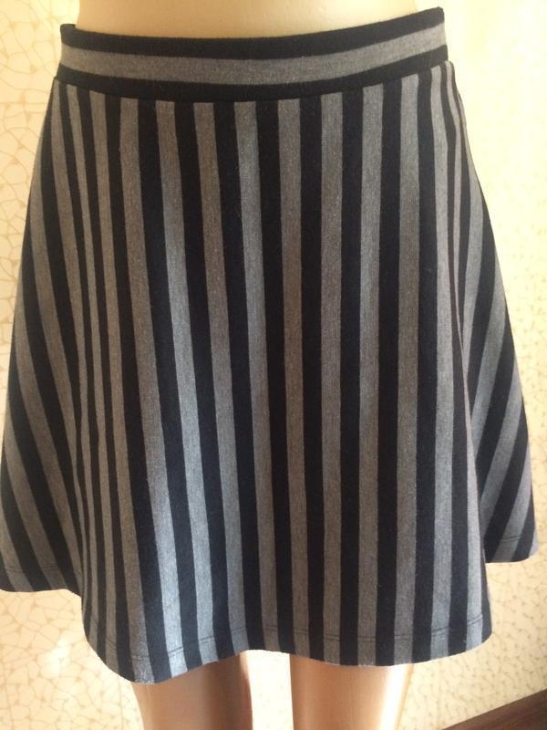 Стильная теплая трикотажная юбка солнце-клеш в полоску