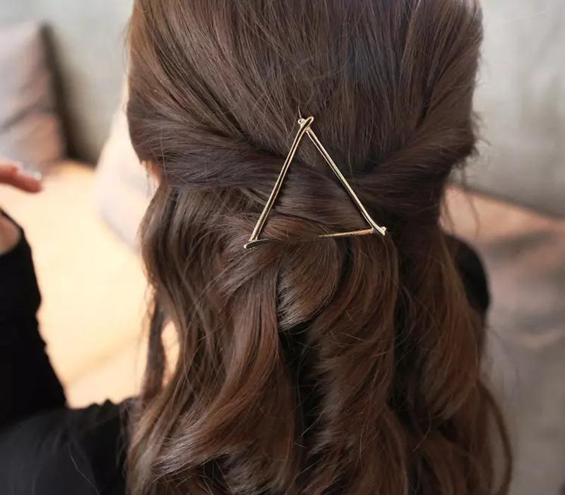 Оригинальный зажим-заколка золотистый треугольник