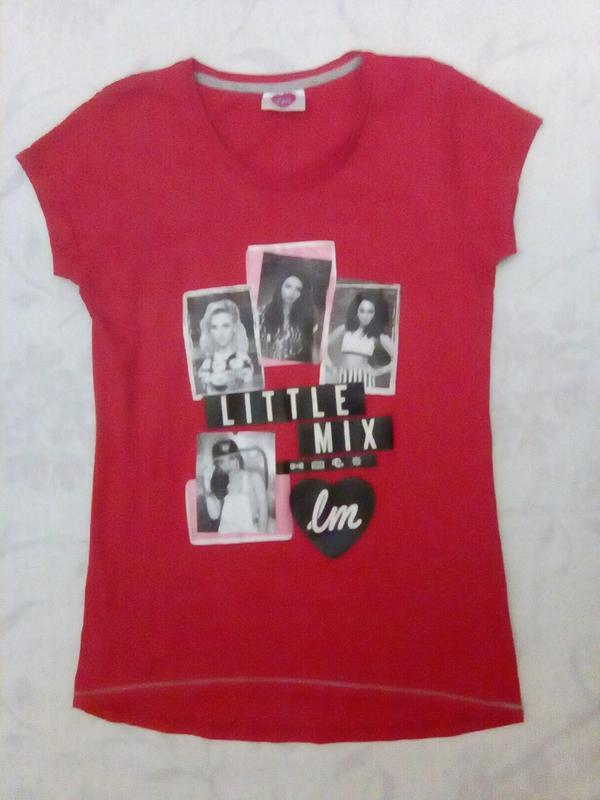 Кораллово-красная футболка с надписями и фото укороченная впереди