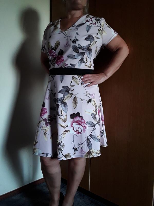 Платье пудровое в цветочный принт большого размера