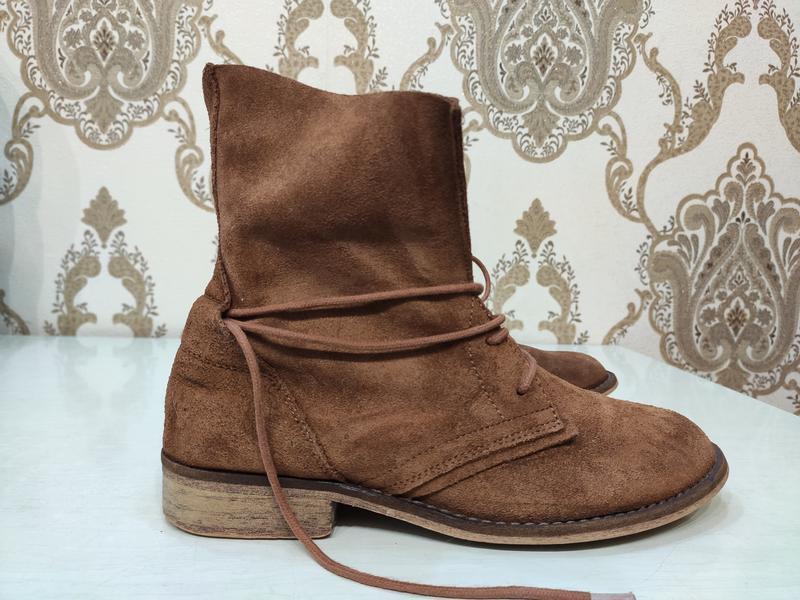 Демисезонные замшевые ботинки на шнуровке - Фото 2