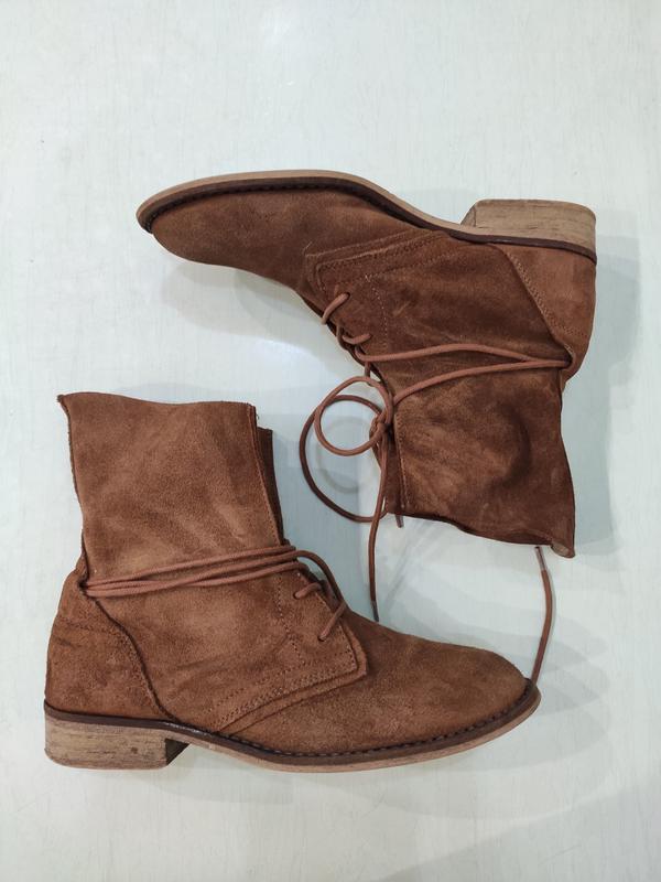 Демисезонные замшевые ботинки на шнуровке - Фото 3