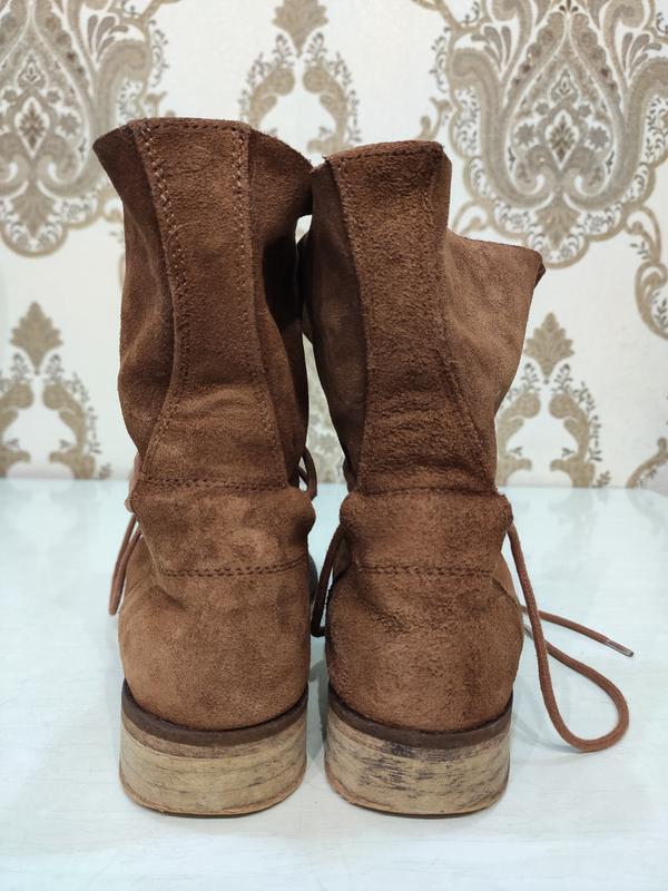 Демисезонные замшевые ботинки на шнуровке - Фото 7