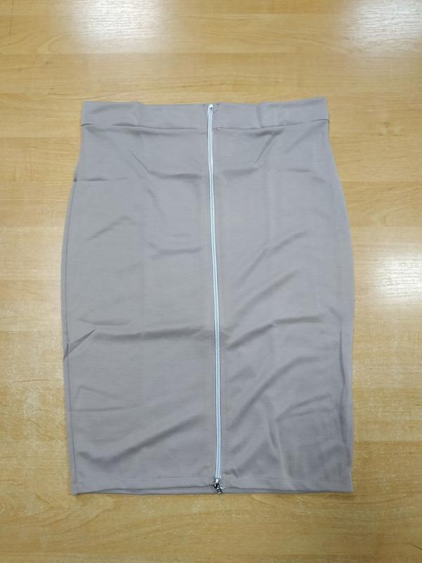 Бежевая юбка-карандаш с длинной золотистой молнией сзади - Фото 3