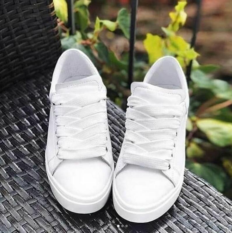 Стильные белые натуральные кожаные женские кеды - Фото 4