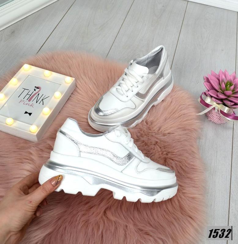 Эффектные кожаные кроссовки в стиле известного бренда на масси...