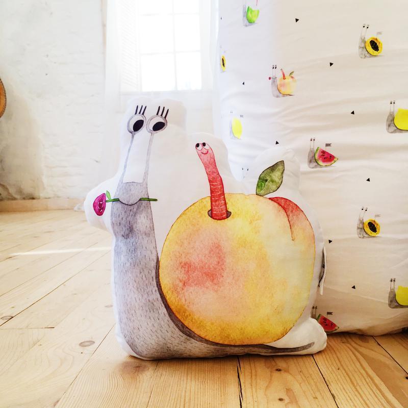 Подушка улитка с персиком