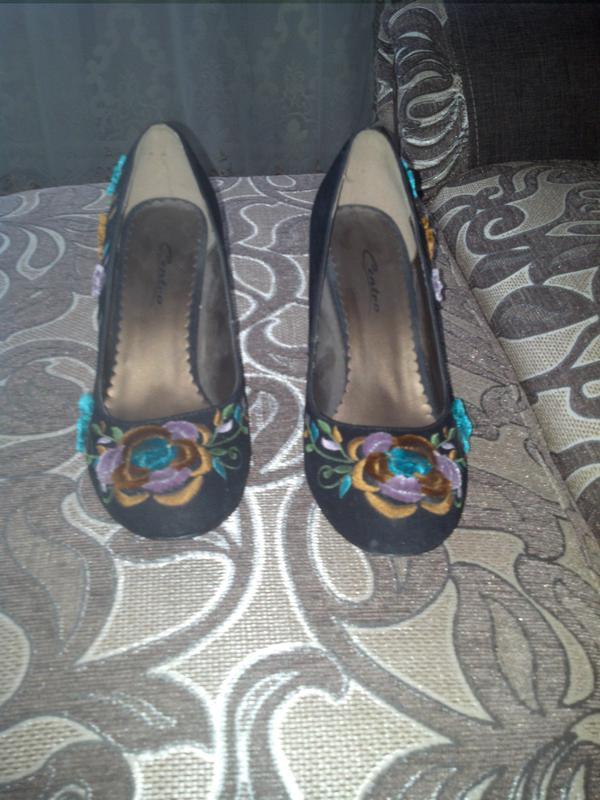 Фирминые замшывые туфли в цветок
