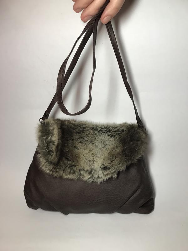 Маленькая,коричневая сумка,кроссбоди с отделкой из меха