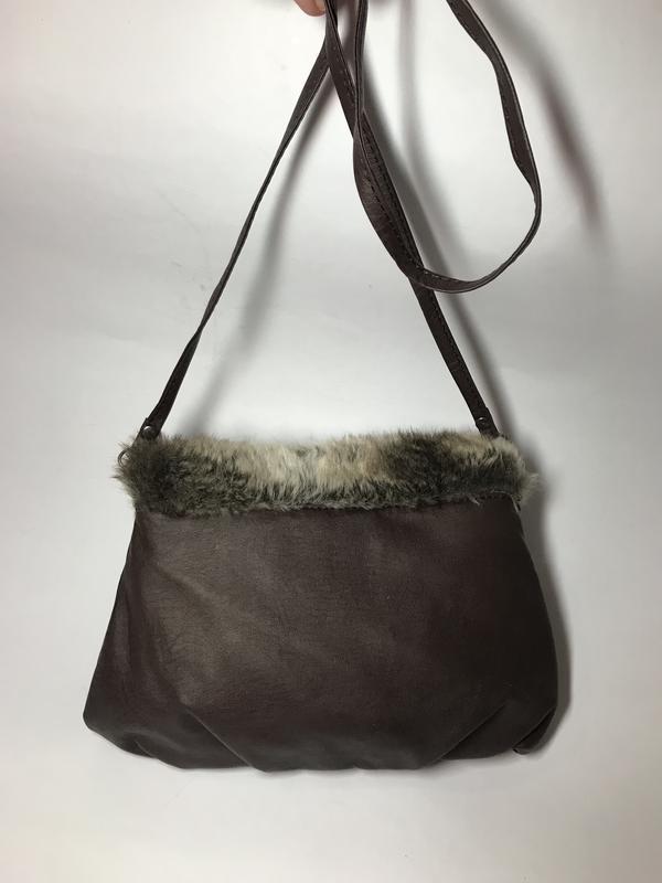 Маленькая,коричневая сумка,кроссбоди с отделкой из меха - Фото 3