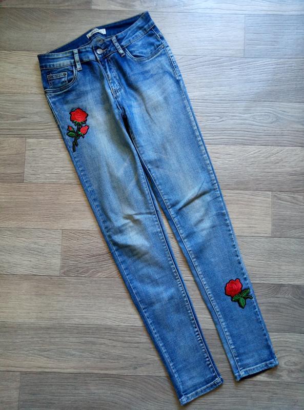 Джинсы скинни с нашивками наклейки розы