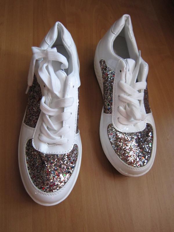 Трендовые белые лаковые кроссовки с блестками на платформе