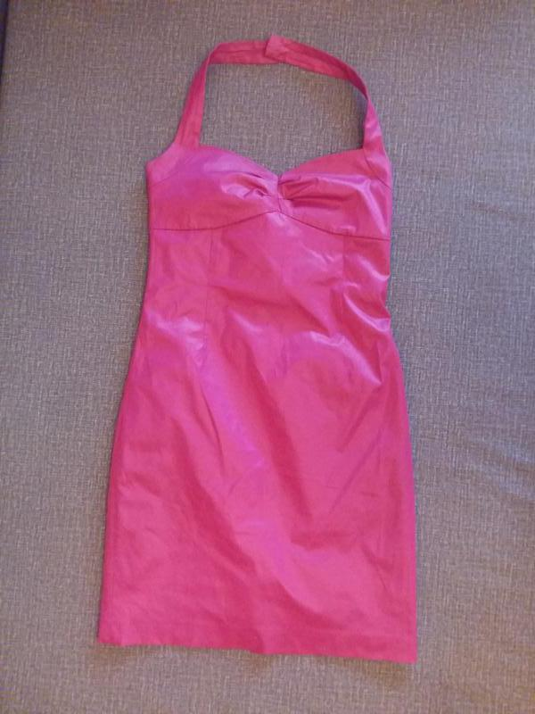 Яркое розовое платье
